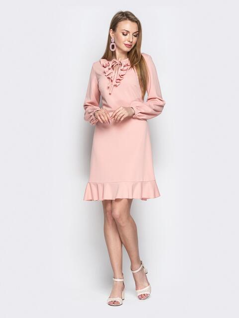 Пудровое платье с воротником-жабо и воланом по низу - 20963, фото 1 – интернет-магазин Dressa