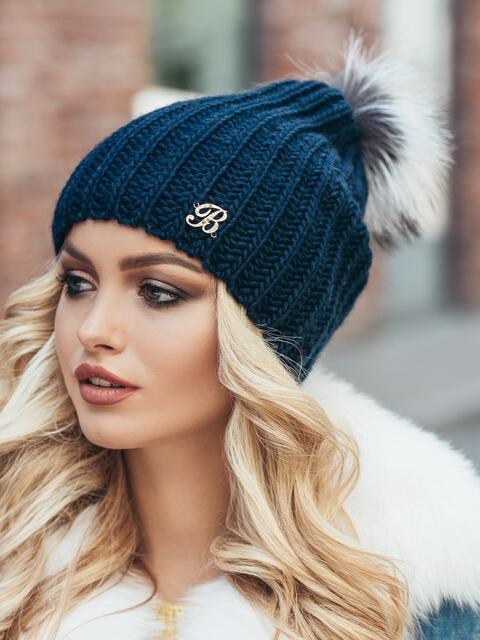 Темно-синяя шапка «резинка» с бубоном - 15326, фото 2 – интернет-магазин Dressa