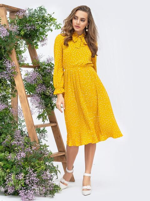 Горчичное платье в горох с воротником-аскот и юбкой-плиссе - 44830, фото 1 – интернет-магазин Dressa