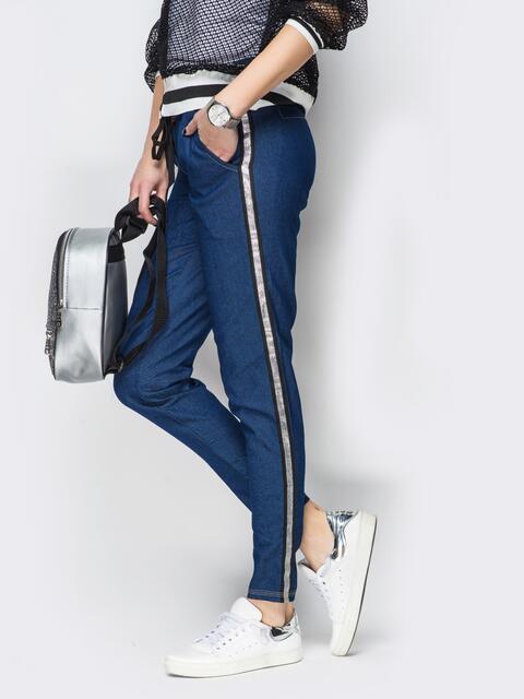 Синие джинсовые брюки с серебристыми лампасами - 10318, фото 1 – интернет-магазин Dressa