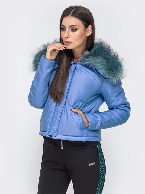Укороченная куртка с объемным воротником из меха голубая - 41304, фото 1 – интернет-магазин Dressa