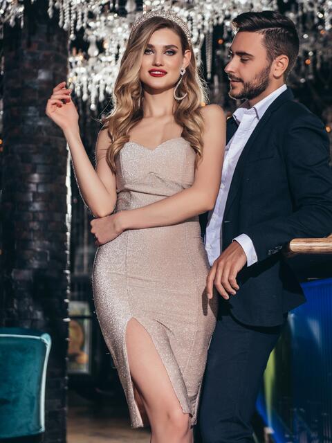 Пудровое платье-бюстье из люрекса с разрезом сбоку - 42832, фото 1 – интернет-магазин Dressa