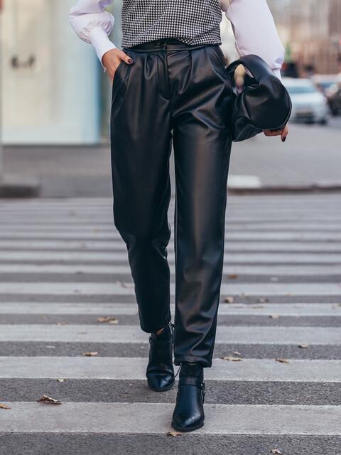 Черные брюки из эко-кожи застёгиваются на молнию 51673, фото 1