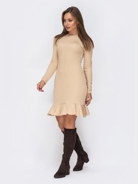 Платье из трикотажа бежевого цвета с оборкой по низу - 42285, фото 1 – интернет-магазин Dressa