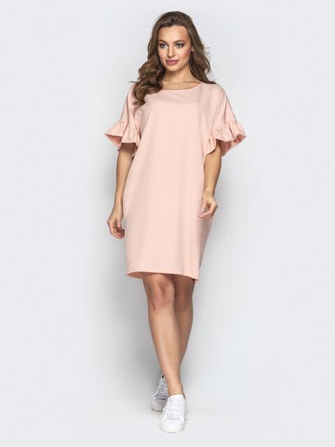 Пудровое платье свободного кроя с воланами на рукавах - 21340, фото 1 – интернет-магазин Dressa
