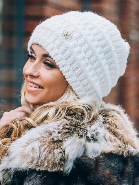 Белая шапка крупной вязки с украшением - 14830, фото 1 – интернет-магазин Dressa