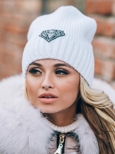 Белая шапка на флисе с нашивкой со стразами - 14814, фото 2 – интернет-магазин Dressa