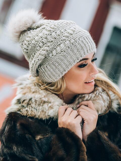 Бежевая шапка с узорами и помпоном - 14826, фото 1 – интернет-магазин Dressa