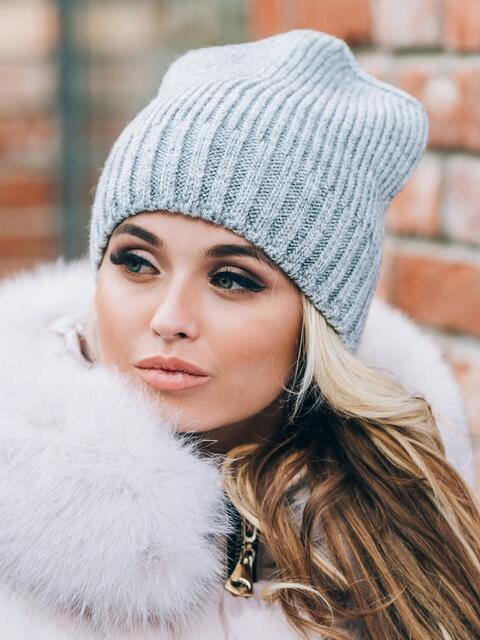 """Серая шапка на флисе с узкими """"косами"""" - 14818, фото 2 – интернет-магазин Dressa"""
