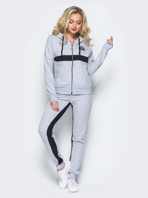 Спортивный костюм серого цвета с контрастными полосами на кофте и на брюках - 16517, фото 1 – интернет-магазин Dressa
