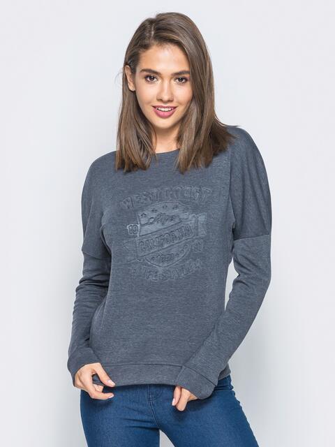 Свитшот серого цвета с тиснением на полочке - 16505, фото 1 – интернет-магазин Dressa