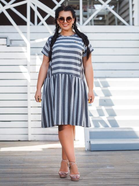 Серое платье батал приталенного кроя в полоску - 47877, фото 1 – интернет-магазин Dressa