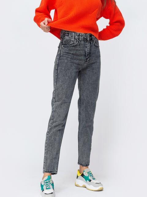 Серые джинсы-мом с вышивкой на кармане - 43110, фото 1 – интернет-магазин Dressa