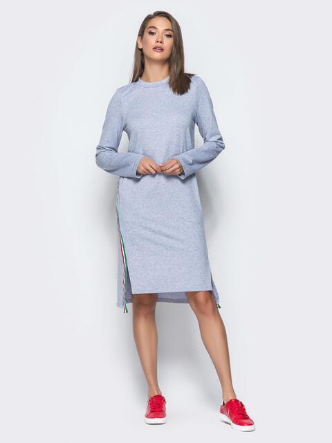Платье с контрастной тесьмой и разрезами по бокам серое - 15699, фото 1 – интернет-магазин Dressa