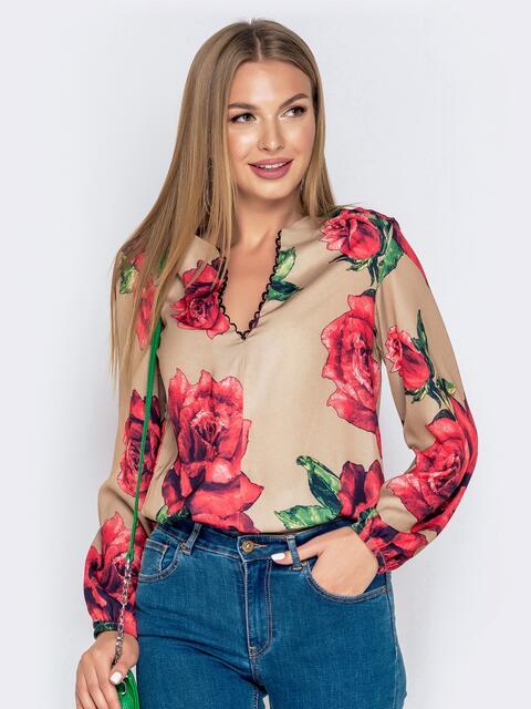 Бежевая блузка из атласного шифона с принтом и V-вырезом - 40704, фото 1 – интернет-магазин Dressa