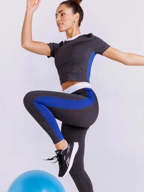Комплект для фитнеса графитового цвета из и топа и лосин - 44613, фото 1 – интернет-магазин Dressa