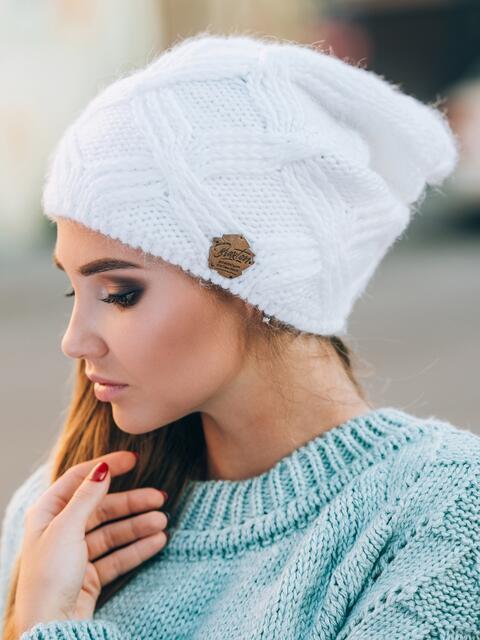 Белая шапка с ажурной вязкой - 14767, фото 1 – интернет-магазин Dressa
