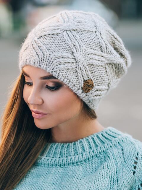 Светло-бежевая шапка с ажурной вязкой - 14766, фото 1 – интернет-магазин Dressa