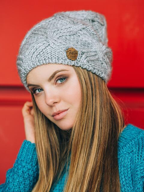 Светло-серая шапка с ажурной вязкой - 14768, фото 1 – интернет-магазин Dressa