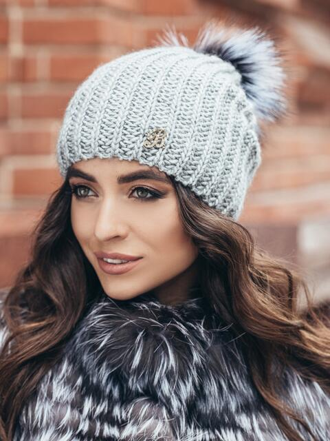 Светло-серая шапка «резинка» с бубоном - 15328, фото 2 – интернет-магазин Dressa