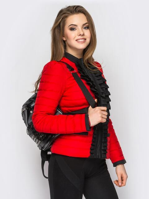 Красная куртка с контрастной рюшей на полочке - 12939, фото 1 – интернет-магазин Dressa
