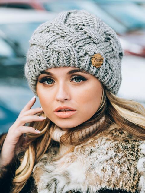 "Тёмно-бежевая вязаная шапка с объемными ""косами"" - 14858, фото 1 – интернет-магазин Dressa"