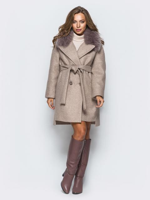 Пальто с удлиненной спинкой и натуральным мехом на воротнике пудровое - 17268, фото 1 – интернет-магазин Dressa