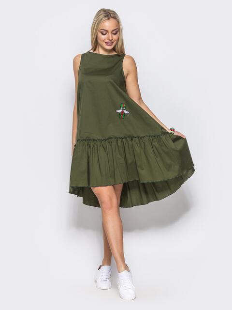 Платье-трапеция с широкой оборкой и нашивкой на полочке зеленое - 11582, фото 1 – интернет-магазин Dressa