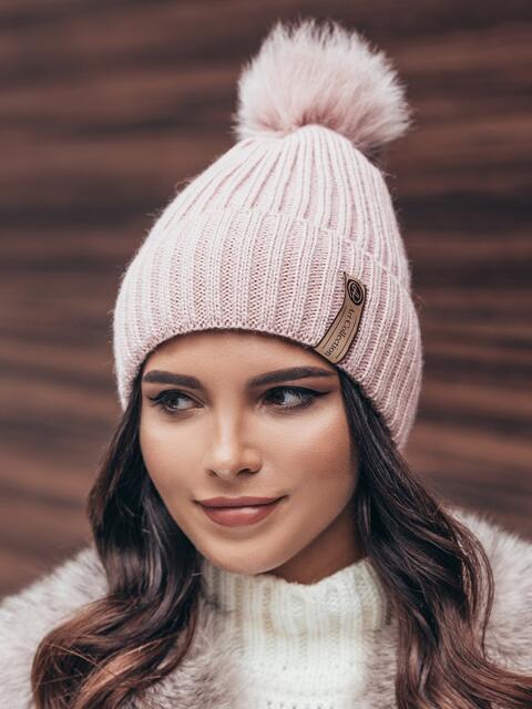 Пудровая шапка с помпомном - 14923, фото 1 – интернет-магазин Dressa