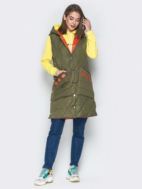 Удлиненный жилет с капюшоном и накладными карманами хаки - 20255, фото 1 – интернет-магазин Dressa