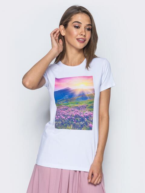 Белая футболка из хлопковой ткани с принтом в виде лаванды - 14535, фото 1 – интернет-магазин Dressa