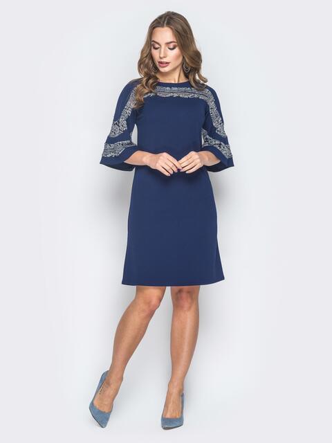 Синее платье-трапеция с кружевом на кокетке и рукавах - 18631, фото 1 – интернет-магазин Dressa