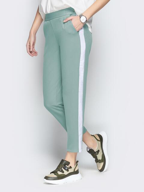 Мятные укороченные брюки с карманами и контрастными лампасами - 49738, фото 1 – интернет-магазин Dressa