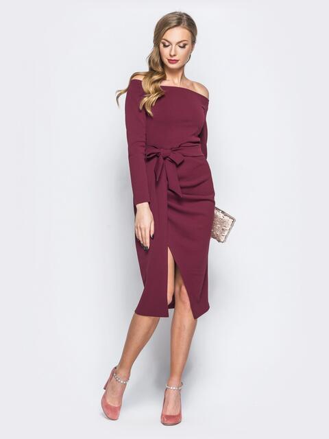 Платье бордового цвета из креп-дайвинга с открытыми плечами - 18167, фото 1 – интернет-магазин Dressa