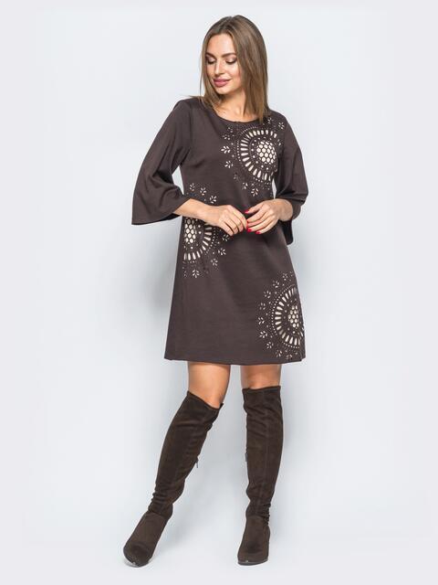 Платье коричневого цвета с перфорацией на полочке - 17661, фото 1 – интернет-магазин Dressa