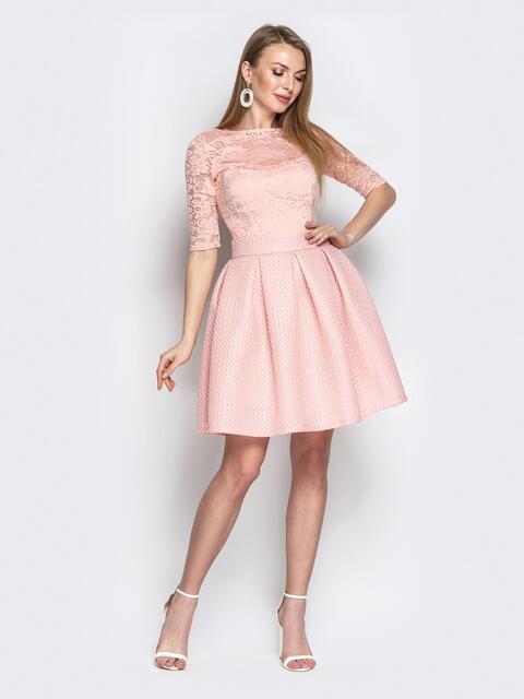 Пудровое платье с гипюром и бантовыми складками на юбке - 21347, фото 1 – интернет-магазин Dressa