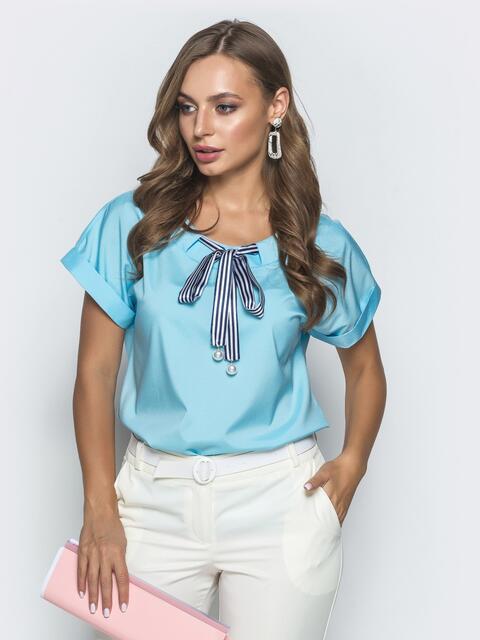 Голубая блузка прямого кроя с лентой по горловине - 39741, фото 1 – интернет-магазин Dressa