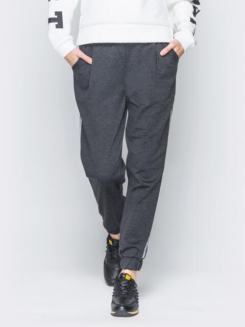 Серые трикотажные брюки с серебристыми лампасами - 18874, фото 1 – интернет-магазин Dressa