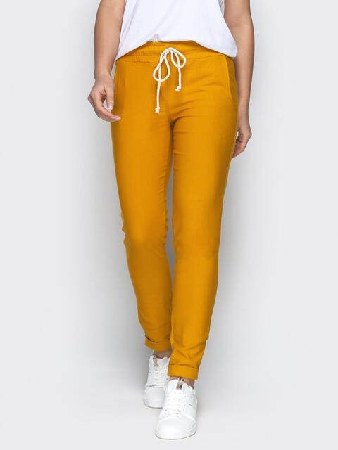 Зауженные брюки с отворотами и резинокй по талии горчичные - 21076, фото 1 – интернет-магазин Dressa