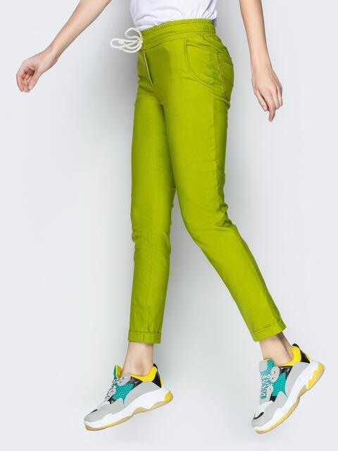 Зауженные брюки с отворотами и резинокй по талии зелёные - 21075, фото 1 – интернет-магазин Dressa