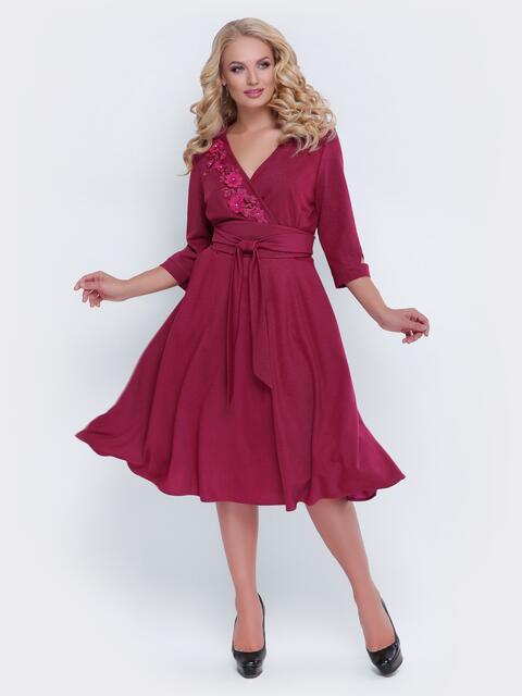 Бордовое платье с фиксированным запахом и расклешенной юбкой - 19120, фото 1 – интернет-магазин Dressa
