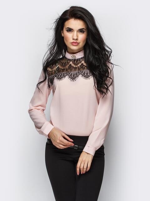 Пудровая блузка с воротником-стойкой и кружевной кокеткой - 10073, фото 1 – интернет-магазин Dressa