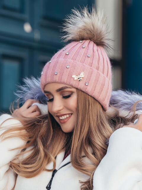 Пудровая шапка на флисе с помпоном - 40330, фото 1 – интернет-магазин Dressa
