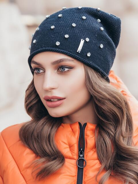 Вязаная шапка-бини с камнями тёмно-синяя - 40311, фото 1 – интернет-магазин Dressa