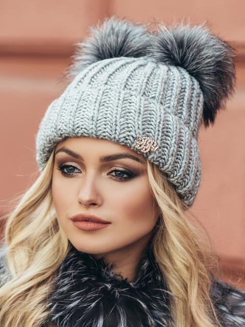 Серая шапка с подворотом и двумя бубонами - 15341, фото 2 – интернет-магазин Dressa