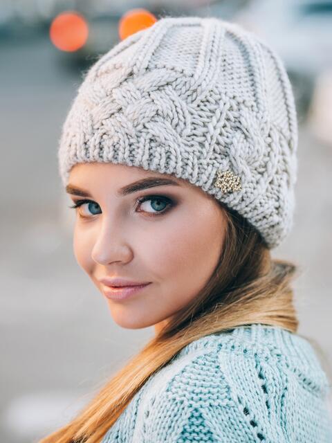Свеило-бежевая шапка крупной вязки на флисе - 14762, фото 1 – интернет-магазин Dressa