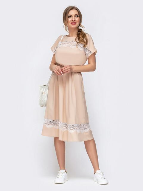 Приталенное платье с кружевными вставками бежевое - 46676, фото 1 – интернет-магазин Dressa