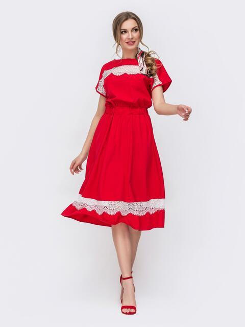 Приталенное платье с кружевными вставками красное 46675, фото 1