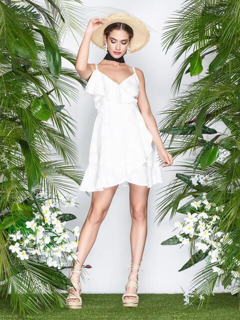 99c5a62f71dd4a2 Белое платье на тонких бретелях с запахом и оборками - 22070, фото 1 –  интернет