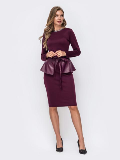 Платье-футляр бордового цвета с баской из эко-кожи 50232, фото 1